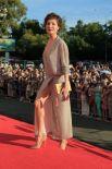 «Голых» платьев на церемонии открытия, пожалуй, не было, зато обнаженных ног участницы фестиваля не скрывали.