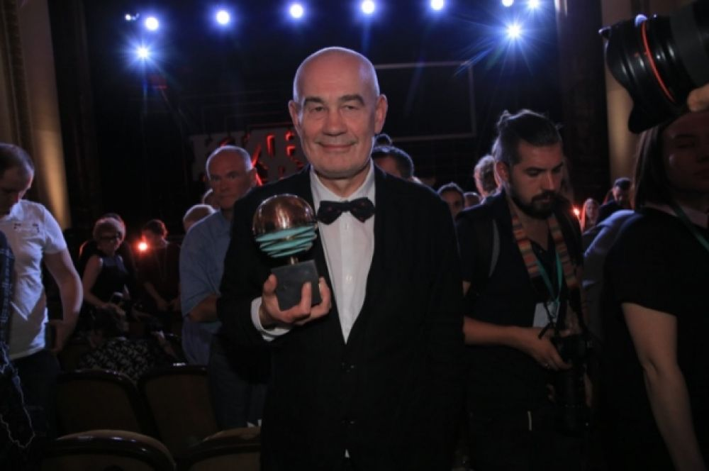 Режиссер Сергей Бодров получил почетный приз кинофестиваля на открытии 6 июня. Но сказал, что считает свой вклад в кинематограф довольно скромным.