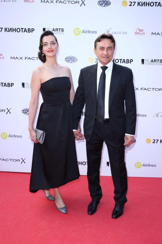 Камиль Ларин с супругой в строгом черном.