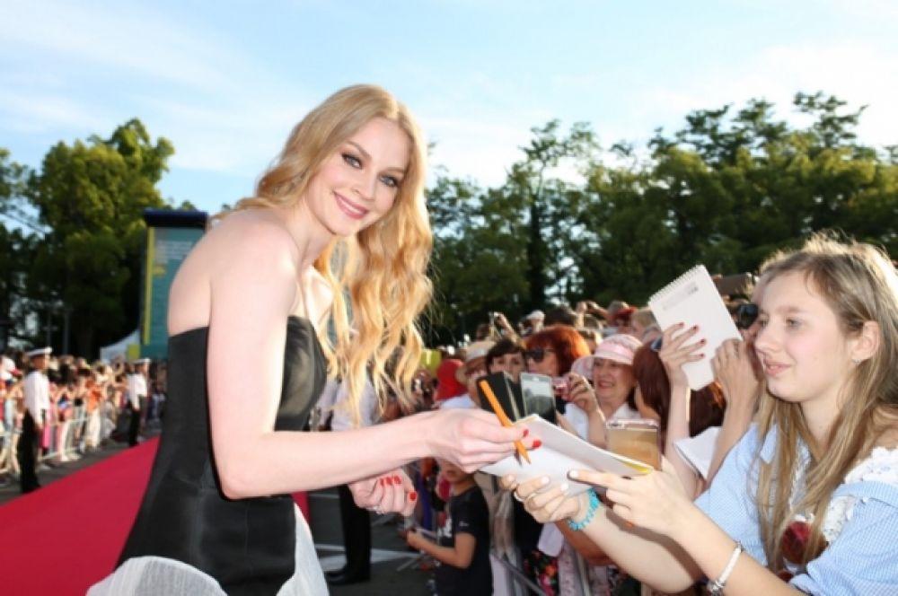 Свтелана Ходченкова успевала улыбаться фотографам и давать автографы.