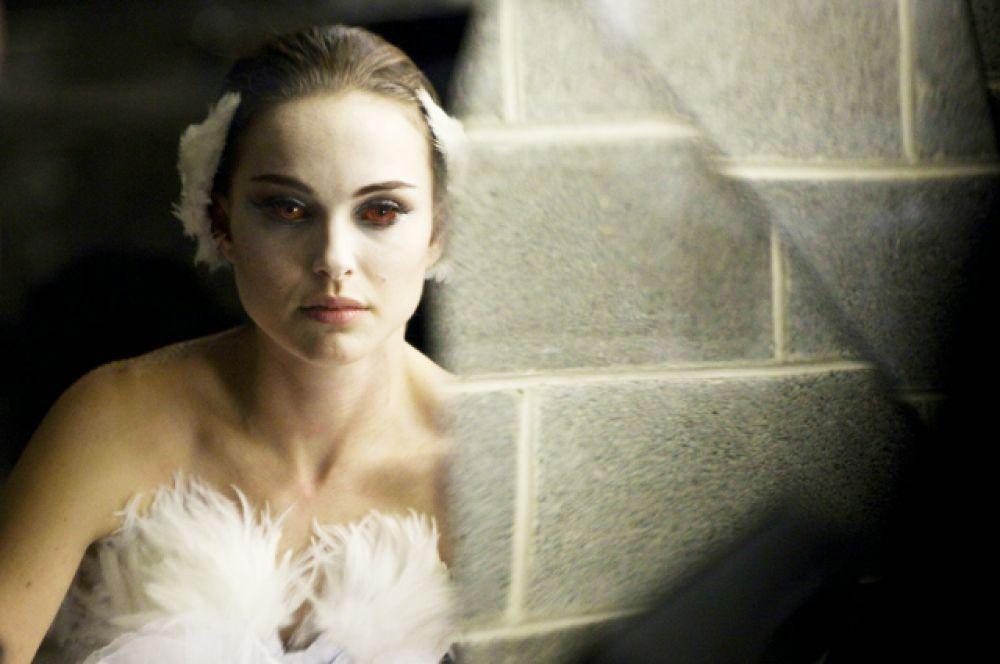 В сентябре 2010 года в прокат вышел «Чёрный лебедь» Даррена Аронофски. Премьера фильма в России состоялась в феврале 2011 года. В нём Портман сыграла балерину, стремление которой получить роль в балете «Лебединое озеро» перерастает в одержимость. За эту картину Натали получила «Золотой Глобус» как лучшая актриса, а позднее ещё и «Оскар» в той же номинации.