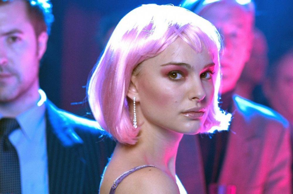 Затем последовала роль Элис в фильме Майка Николса «Близость» (2004). Элис Айрес — молодая стриптизёрша, только что приехавшая в Лондон из Америки. За эту роль Портман получила премию «Золотой глобус», а также была номинирована на множество других премий, включая «Оскар» и BAFTA.