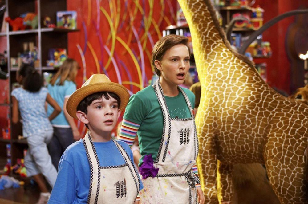 В ноябре увидел свет фильм Зака Хельма «Лавка чудес». Портман появилась в роли Молли Махоуни, юной пианистки, которая работает в магазине игрушек мистера Магориума, которого сыграл Дастин Хоффман.