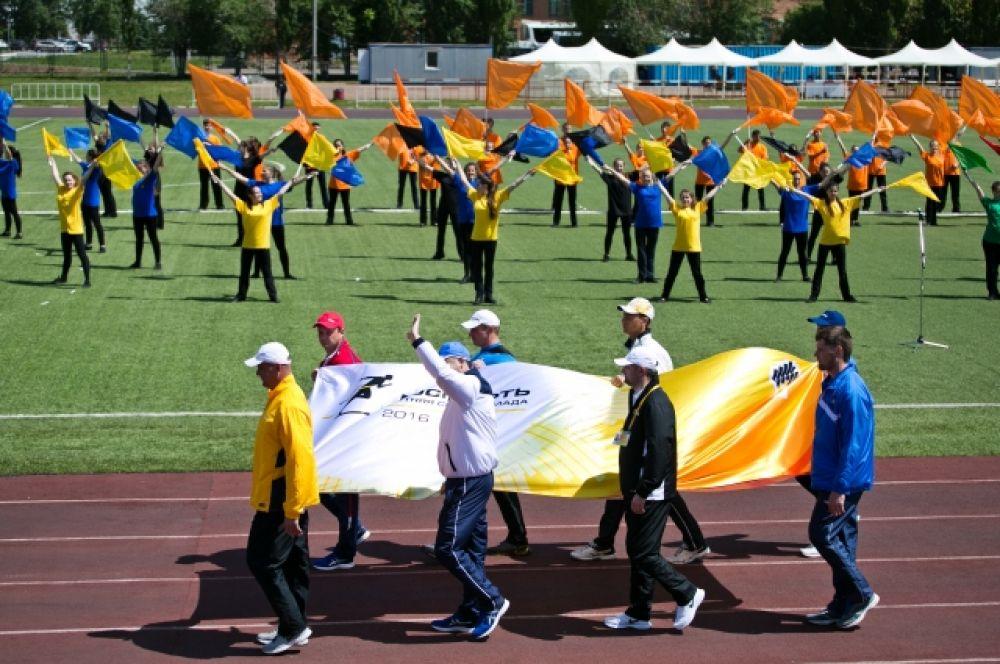 На церемонии открытия лучшие спортсмены дочерних обществ подняли флаг Спартакиады  -  официальный старт соревнованиям был дан.