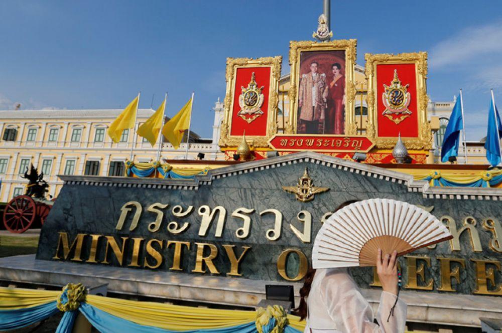Также каждый год 5 мая отмечается День Коронации, являющийся общегосударственным выходным днем.