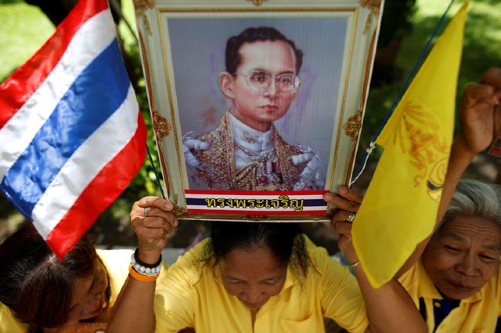 В случае его смерти к власти должен прийти кронпринц Маха Вачиралонгкорн, которому сейчас 63 года.