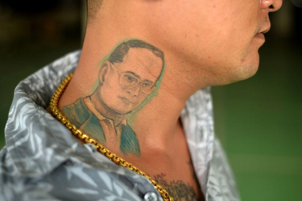 Иногда даже в виде татуировок.