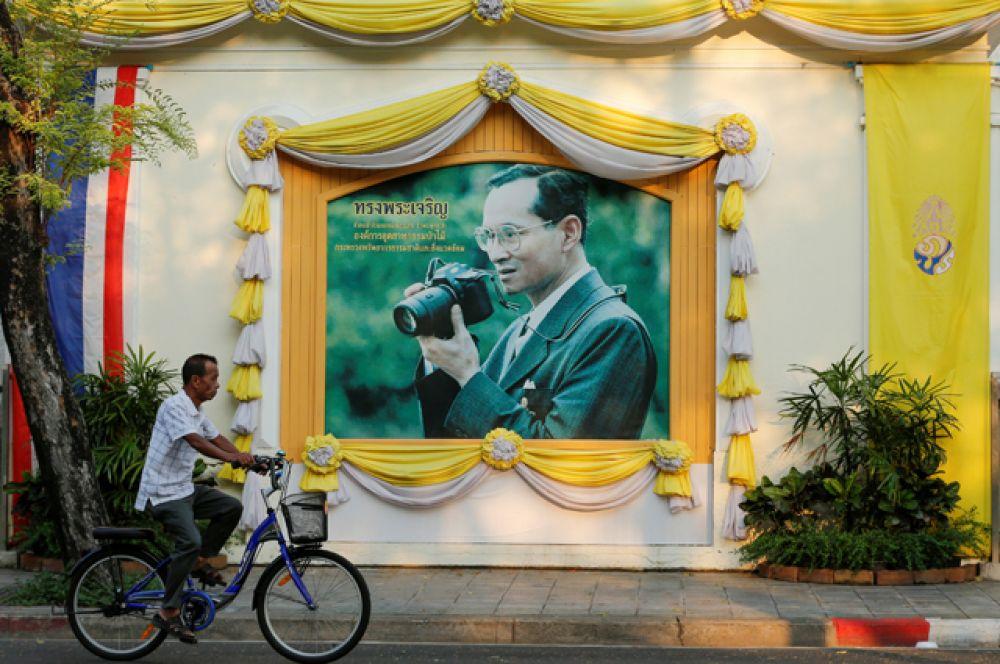 Сам король Таиланда встречает свой юбилей в бангкокском госпитале.