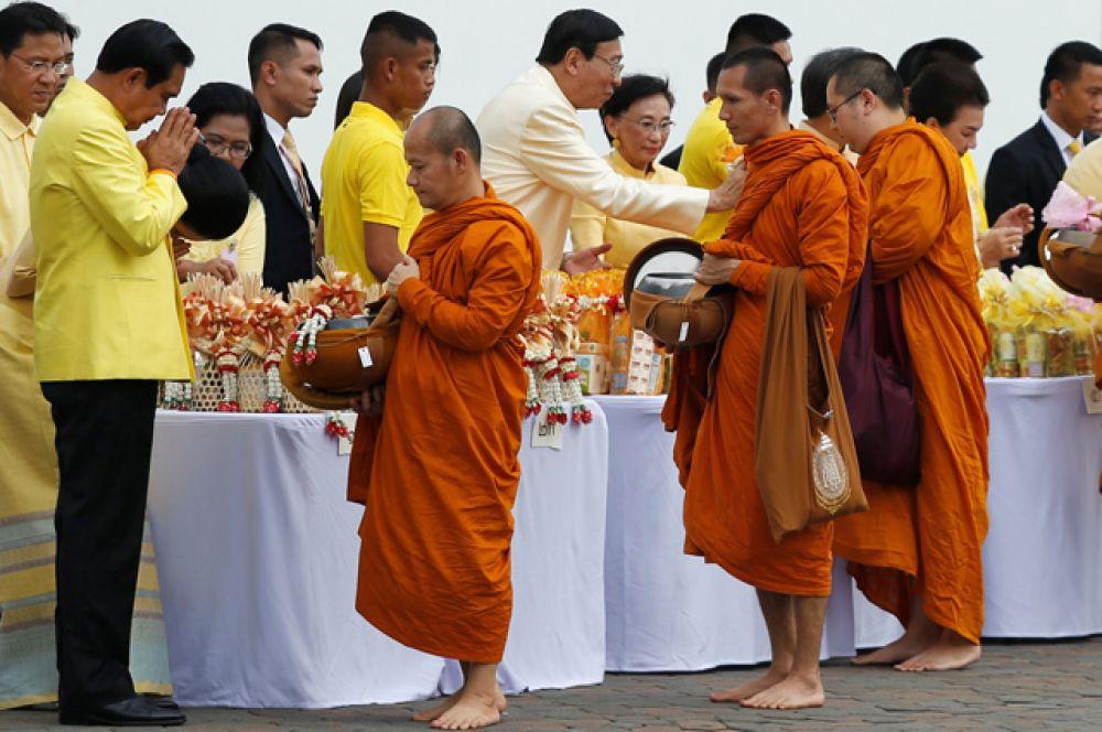 В церемонии принимают участие первые лица государства, включая премьер-министра Праюта Чан-Оча.