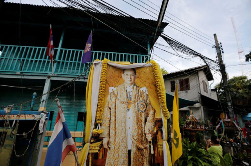 Тайцы испытывают глубокое почтение к монарху, оскорбления в адрес королевской семьи наказываются.