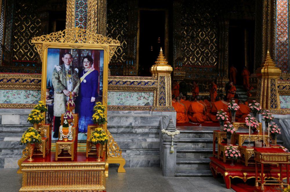 День рождения короля, равно как и день рождения его супруги, королевы Сирикит — государственные праздники.