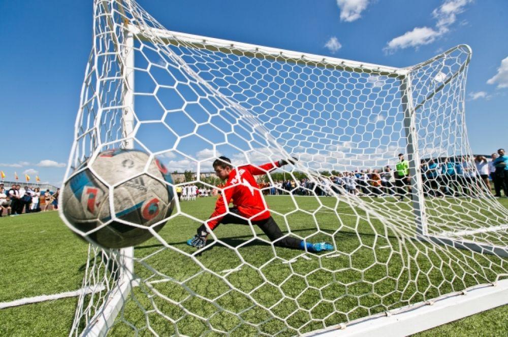 На футбольном поле стадиона «Нефтяник» за первое место боролись команды ПАО «Оренбургнефть» и «РН-Охрана».