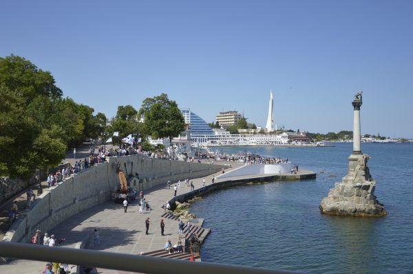 На берегу «Адмирал Григорович» встречают жители Севастополя