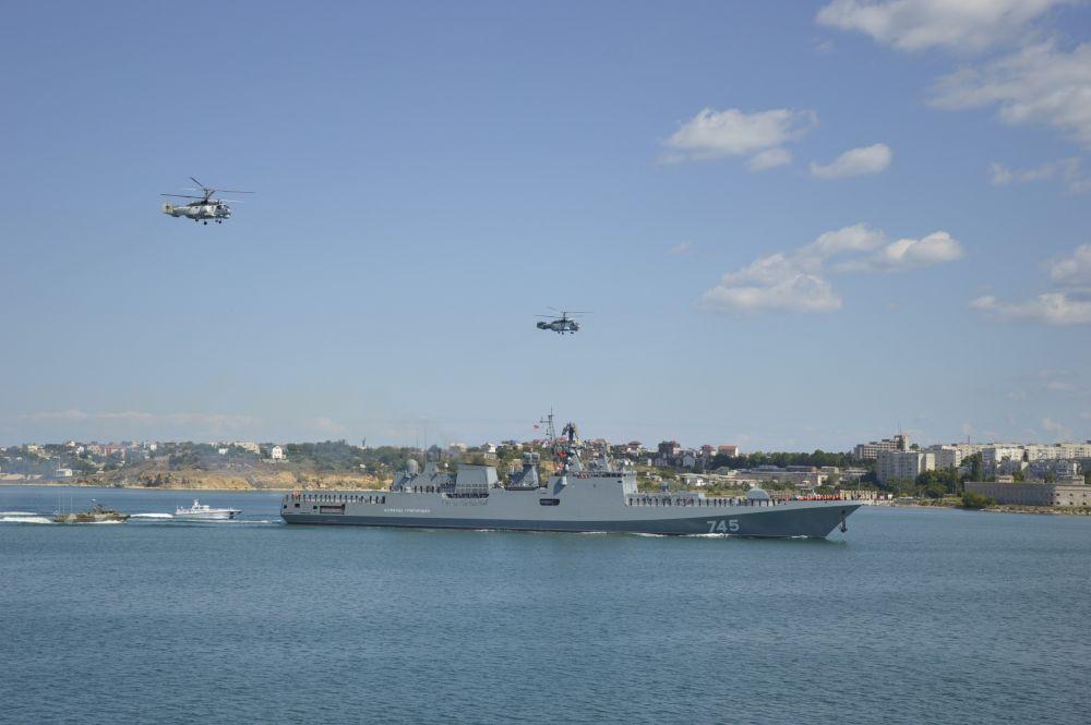 На внутреннем рейде Севастопольской бухты фрегат сопровождали противодиверсионные катера и вертолёты Ка-27