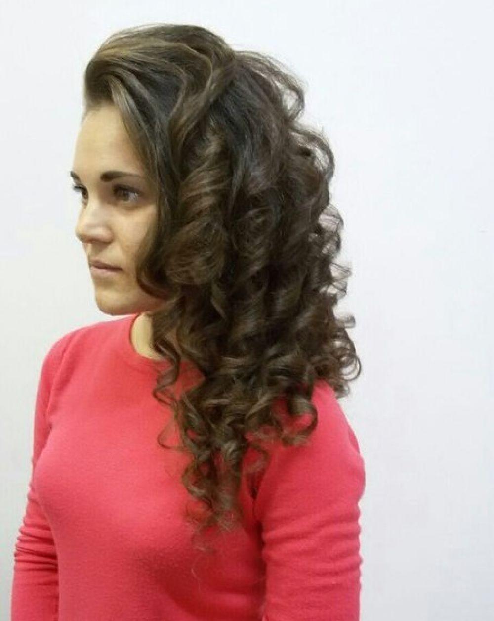 По словам казанского парикмахера-стилиста Елены Борзыгиной, прически настолько разнообразны, что каждая девушка может легко выбрать вариант по душе: будь то женственные локоны или футуристический вид, или сложная причёска с косами и узорами.