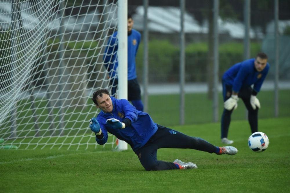 Андрей Пятов отрабатывает вратарские навыки.