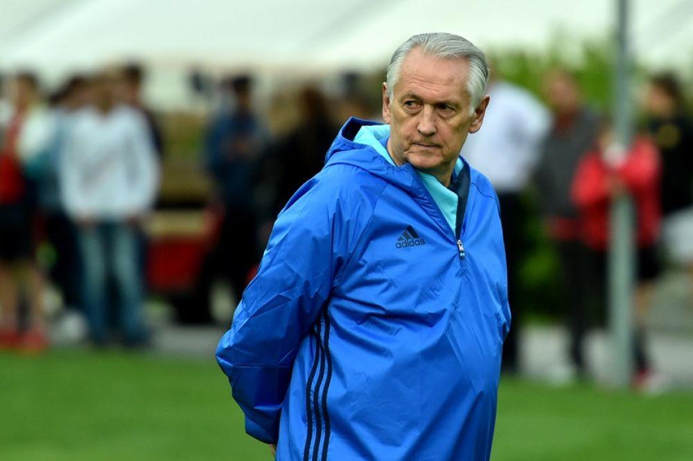 Главный наставник сборной наблюдает за тренировочным процессом.