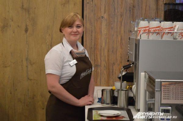 Помимо привычных наггетсов, бургеров и газированных напитков здесь можно в мак-кафе приобрести как свежесваренный кофе, так и вкусную и свежую выпечку.