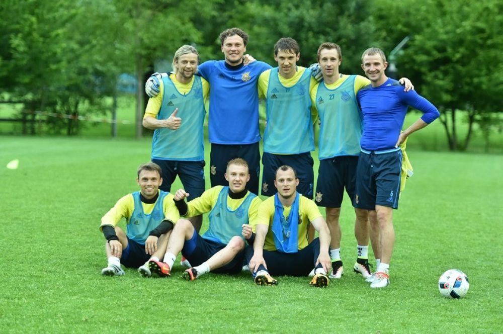 Игроки всё же находят время для группового фото.