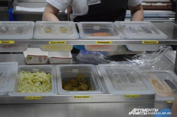 Для официантов на кухне есть подсказки, что за чем идёт в бургере – чтобы не запутались, какие овощи и соусы класть.