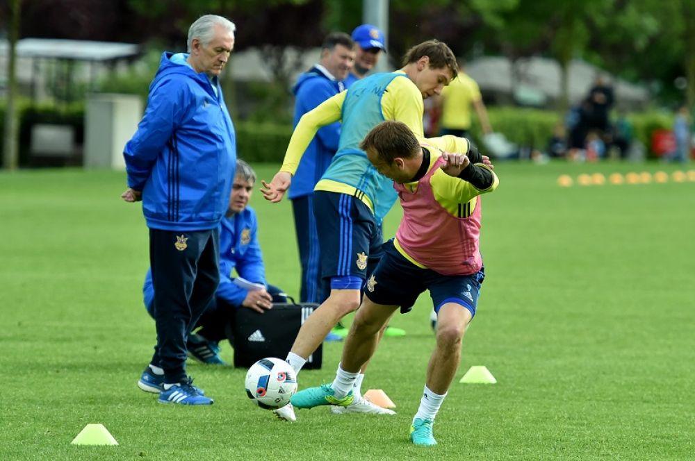 Тренера сборной тщательно следят за отработкой разных футбольных навыков.
