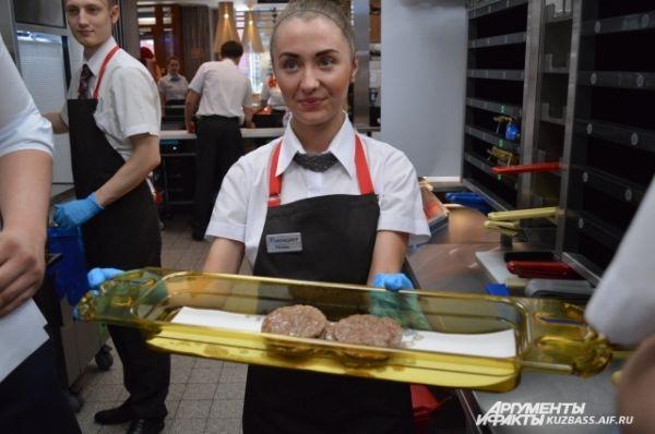 В таких плитах обжаривают готовые котлеты-полуфабрикаты. Они, как говорят сотрудники, из 100% говядины.