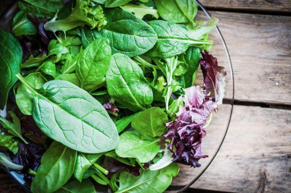 Салат. На рынках салат из южных регионов продают уже давно. А в июне вылез из-под земли подмосковный салат. Очень нежный и свежий. Он сохранил свои полезные свойства, ведь ему не пришлось ехать за много километров до прилавка.