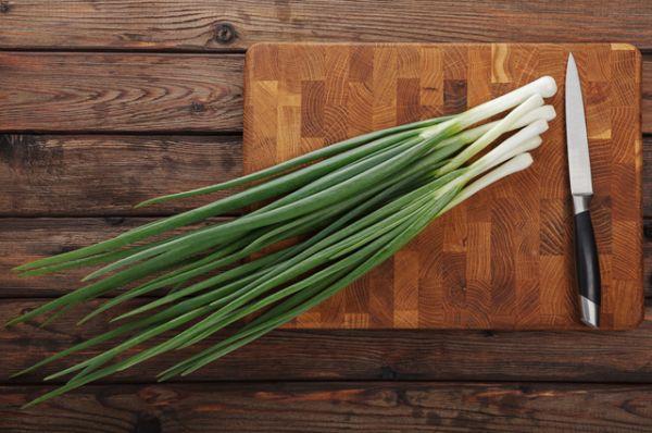 Зеленый лук. Много-много витаминов в хрустящих зеленых стрелках лука. Сейчас он  самый полезный, идеально подойдет для зеленых салатов и окрошки.