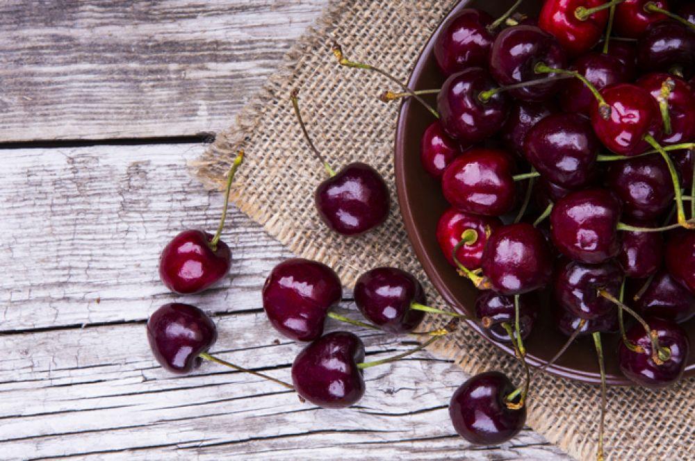 Черешня. Сначала крымская, потом краснодарская – черешня царит на рынках весь июнь. Она не только вкусная, но и очень полезная, спасает от авитаминоза и укрепляет организм. В ней содержатся витамин С и каротин, никотиновая кислота, йод…