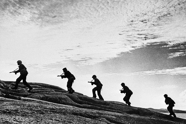 Моряки-разведчики Северного флота на оккупированном фашистами берегу.