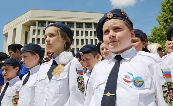 Церемония проходила в самом центре Симферополя, в сквере Республики, расположенном рядом с крымским парламентом