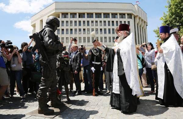 По замыслу автора проекта, памятник должен стать олицетворением того, что приход «вежливых людей» был воспринят местными жителями очень спокойно и позитивно, как необходимое средство для обеспечения безопасности мирного населения Крыма.