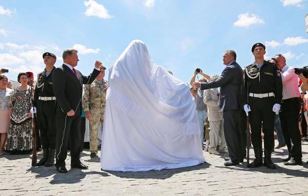 Идея увековечить события «Крымской весны», а именно установить памятник основным действующим лицам – «вежливым людям» – появилась в июне 2015 года