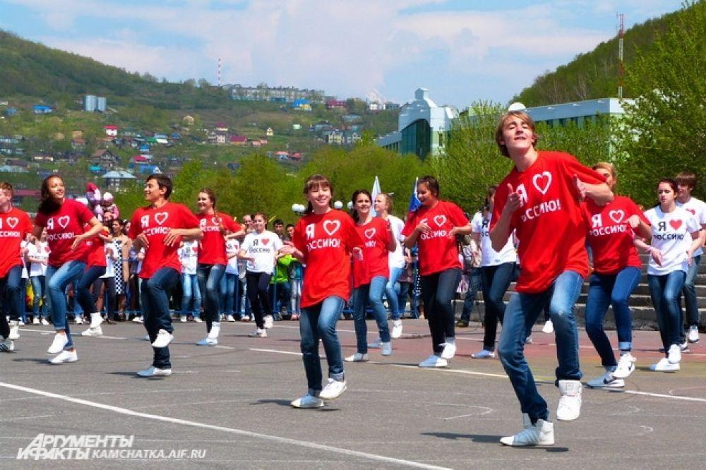 В 12.00 на главной площади города начались праздничные мероприятия.