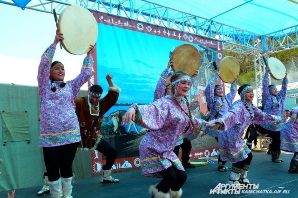 Перед собравшимися выступили артисты известных национальных коллективов.