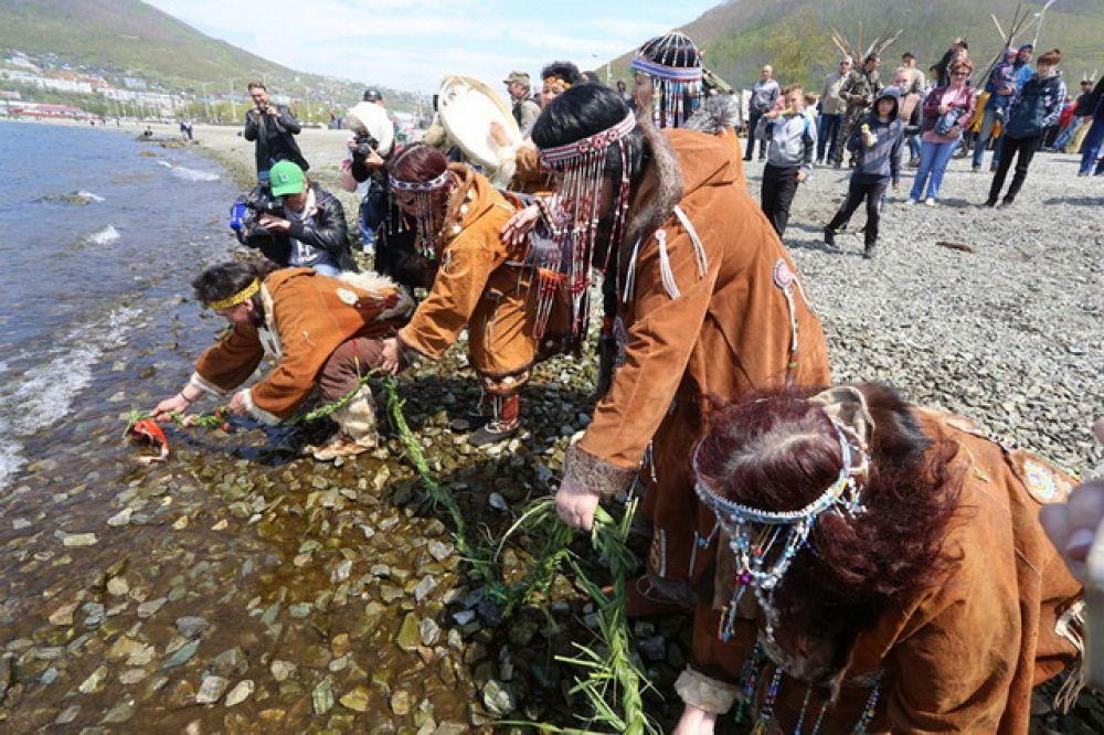 С помощью ритуальных действий во время праздника заманивают рыбу в камчатские реки.