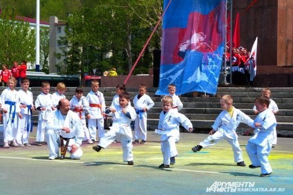 На сцене выступили юные каратисты.