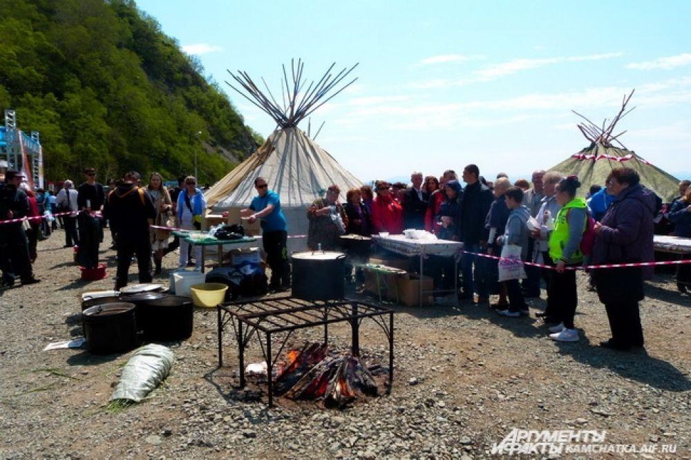 Гостей праздника угощали вкусной ухой из приманённой рыбы.