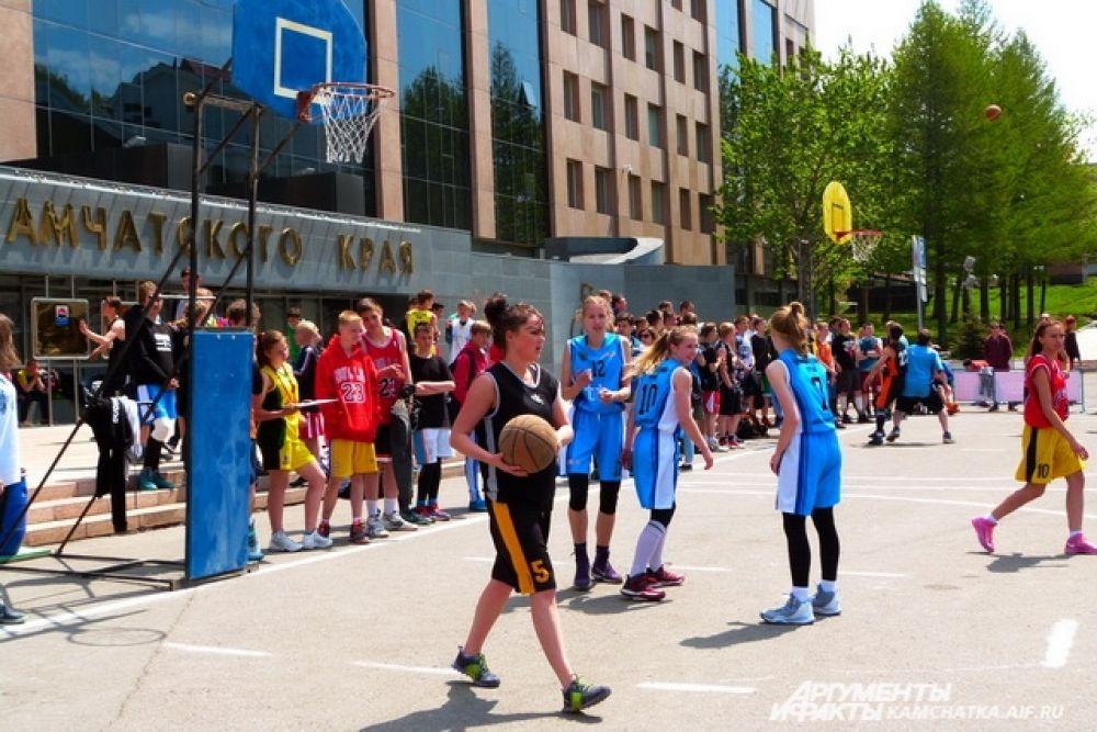 На площадке возле здания правительства играли в баскетбол.