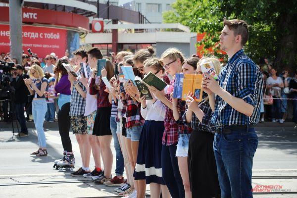 В праздничном мероприятии участвовали школьники, студенты и выпускники творческих и спортивных коллективов города.