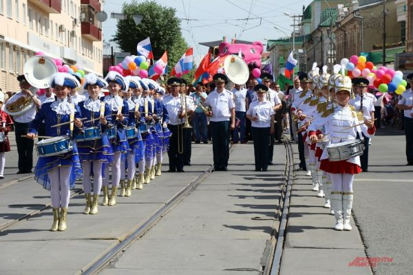 ткрыл шествие Пермский губернский военный оркестр со своей музыкальной и танцевальной программой.