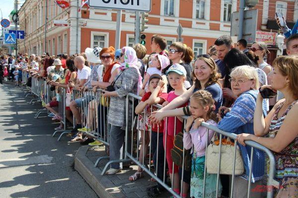 Многочисленные зрители встречали участников ежегодного карнавала восторженными криками.