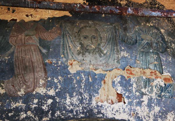 Сохранились следы фресок