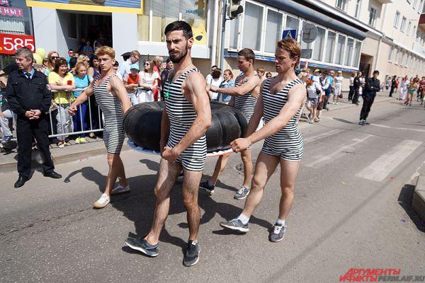 В карнавале участвовали около 2,5 тыс. артистов. Здесь можно было увидеть моряков, циркачей, мушкетёров, обаятельных танцовщиц.