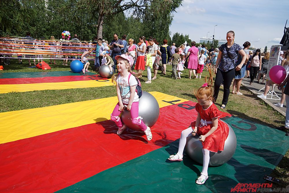 На эспланаде для детей работали сразу несколько интерактивных площадок. Мальчишки и девчонки могли попрыгать на батуте, поучаствовать в забавных соревнованиях и отдохнуть на пикнике вместе с родителями.
