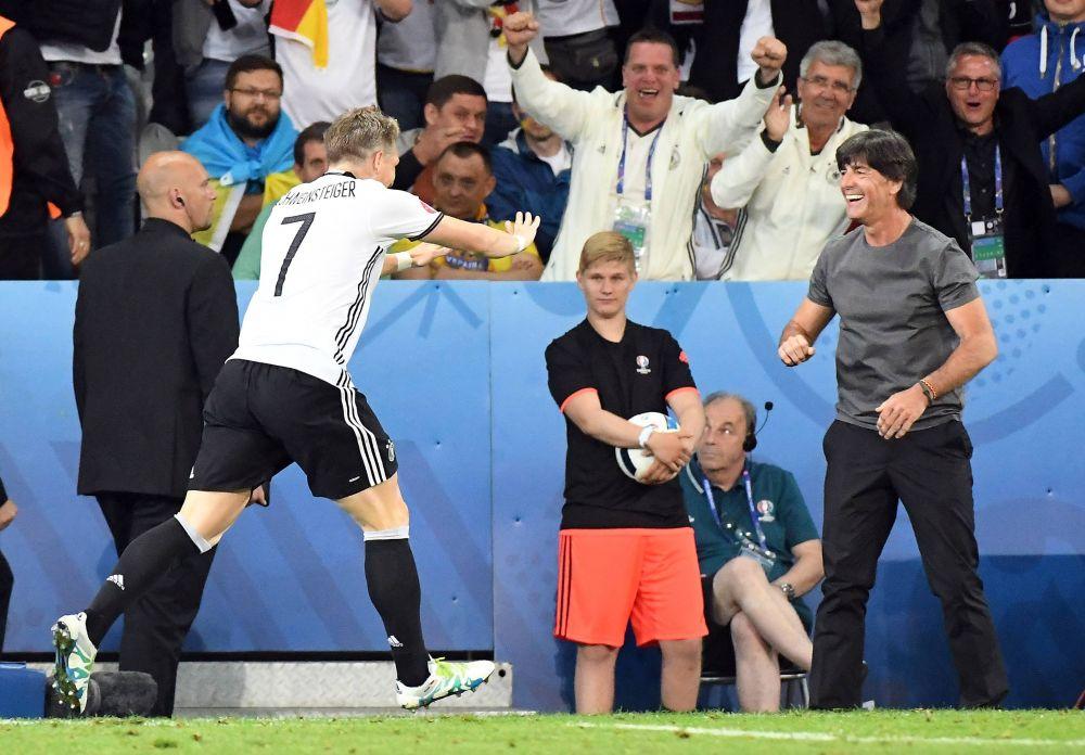 Бастиан Швайнштайгер празднует победу с главным тренером.