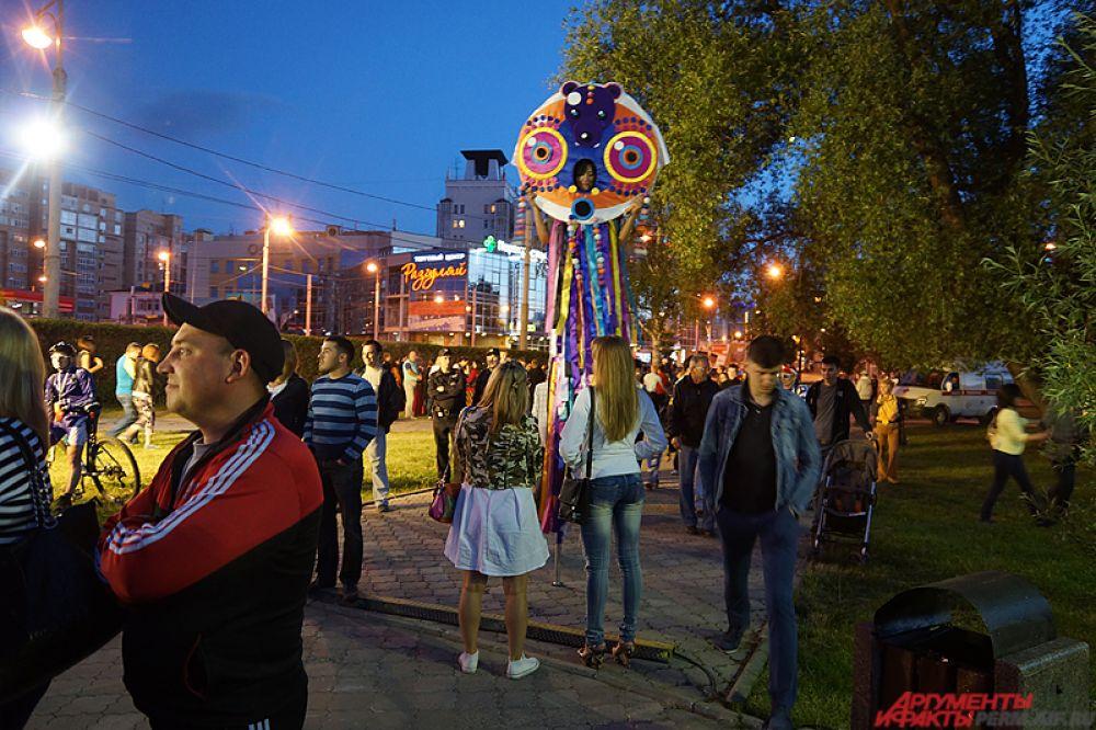 раздновать День города начали ещё в ночь на 12 июня у памятника основателю города Василию Татищеву. Площадка вокруг монумента превратилась в образовательную лабораторию - главной темой вечера стало 100-летие высшего образования на Урале.
