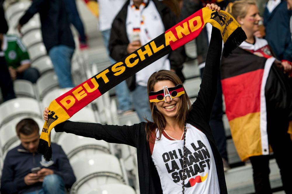 Радостная болельщица сборной Германии.
