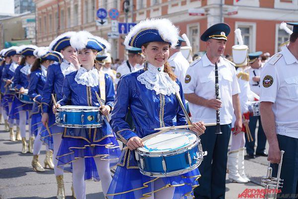 Самым красочным событием дня стал карнавал «Пермское яркое». Шествие прошло по ул. Ленина от Комсомольского проспекта до «Театра-Театра» и собрало по дороге 12 тыс. зрителей.