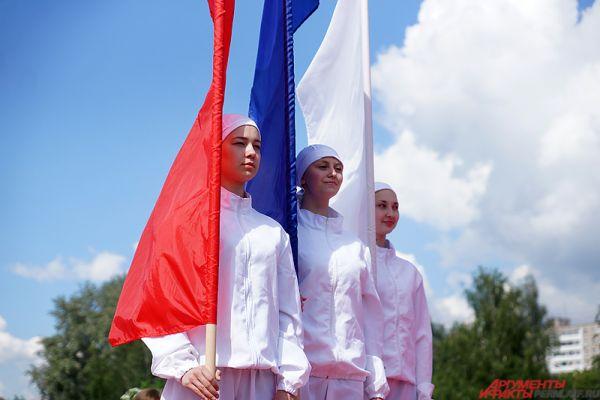Помимо Дня города, 12 июня отмечали и один из самых молодых праздников - День России. На эспланаде артисты в одежде цветов российского флага исполнили патриотический танец в честь этого события.